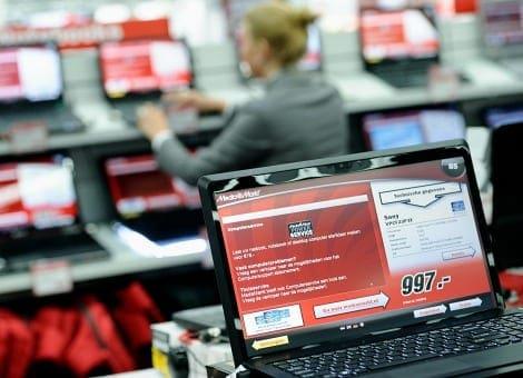 rijen laptops bij de mediamarkt